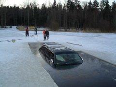У жителя Сахалина во время рыбалки под лед провалился джип