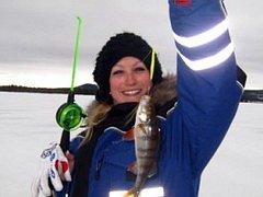 Омские женщины - лучшие в зимней рыбалке