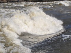 В Волгограде два рыбака чуть не утонули из-за плохой погоды
