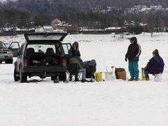 Санкт-Петербург: Зима давно кончилась, а зимняя рыбалка продолжается