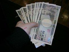 Японский рыбак поймал в море... мешок, набитый деньгами
